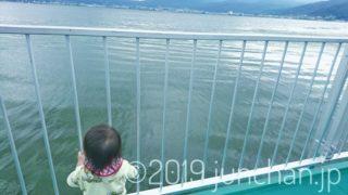 湖をじっと見つめる娘