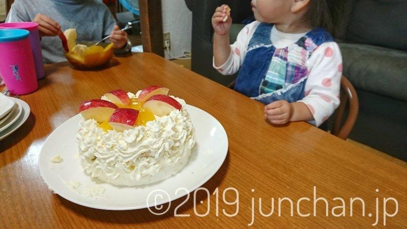娘の誕生日をケーキで祝う