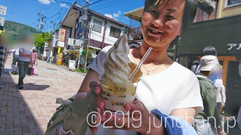 巣房蜜ソフトクリームに喜ぶ奥さん