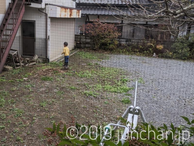 庭で修行する息子