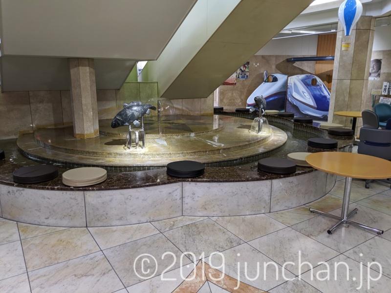 佐久平駅1階の噴水前に座布団が置かれるようになった