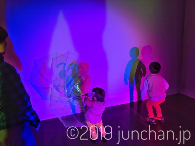 フォトフェスの展示で遊ぶ子どもたち