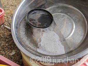 桶に氷が張っている