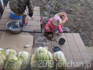 氷を素手で取り出して遊ぶ子どもたち