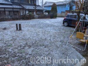 庭にうっすら雪が残っていた