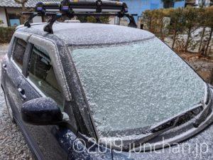 車にうっすら積もった雪