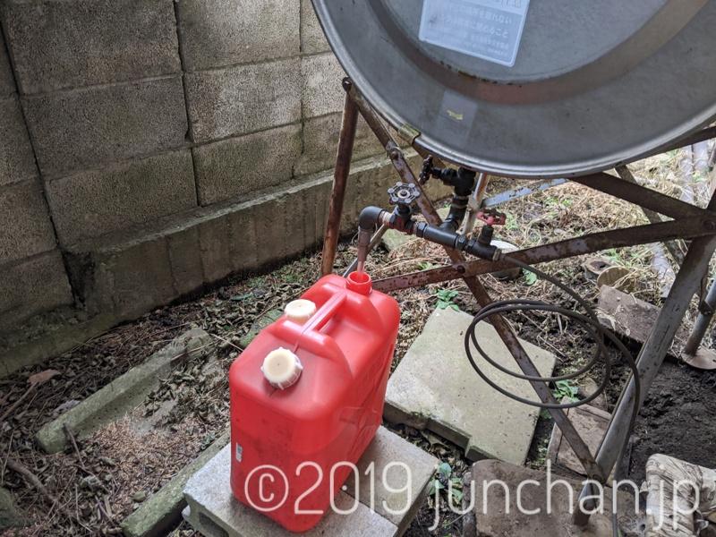 ホームタンクからポリタンクに灯油を移す