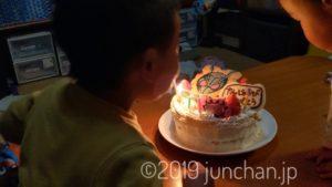 バースデーケーキのろうそくを吹き消す!
