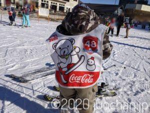 スキースクールのレッスンに挑む息子