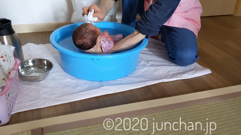 生まれてはじめての沐浴