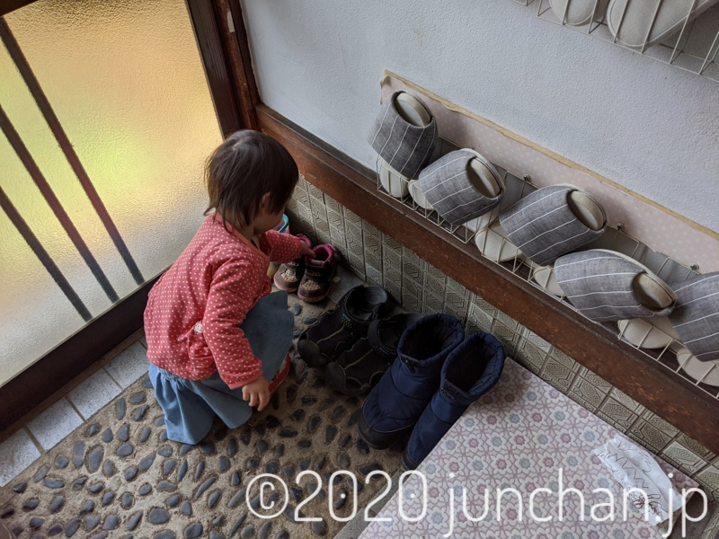 靴を並べる娘