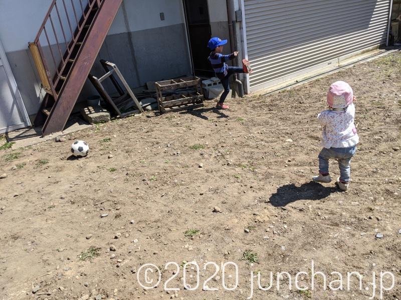 外でボールを蹴って遊ぶ