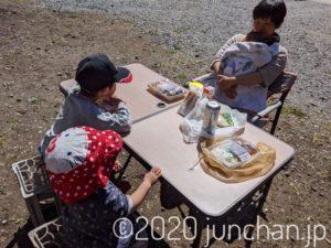 庭に机と椅子を出してお昼ごはんを食べる