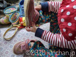 左右反対に靴を履く娘