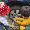 タイヤのナットを締める息子とそれを手伝う娘