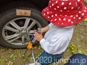 タイヤのナットを締める娘