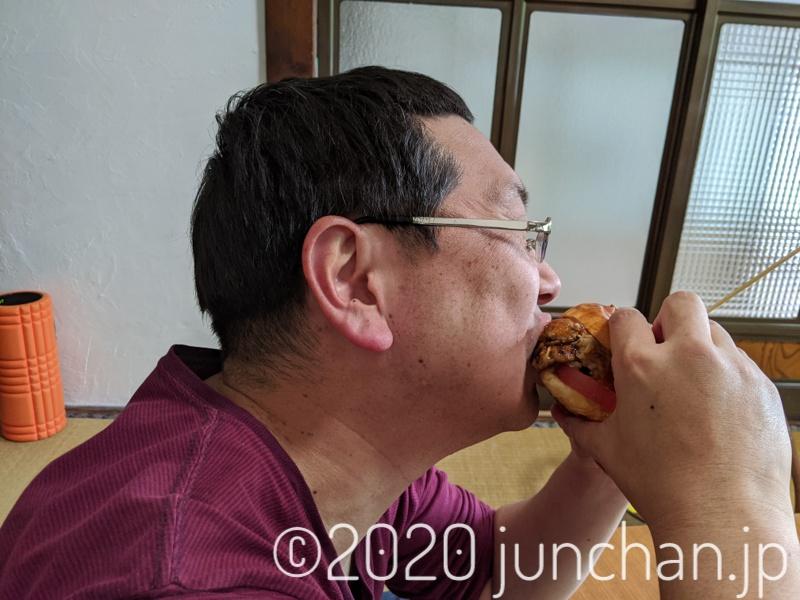 ハンバーガーにかぶりつく!2
