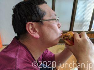 ハンバーガーにかぶりつく!3