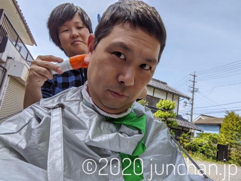 妻に髪を切られている私