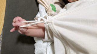 とにかく服の紐を引っ張って遊ぶ娘