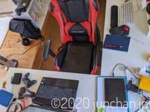 机と小上がりに囲まれたコクピット