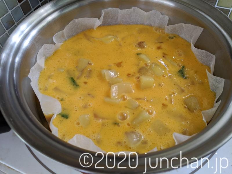 卵と具材をフライパンに流し入れる