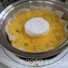 カマンベールチーズを1個、ど真ん中に置く