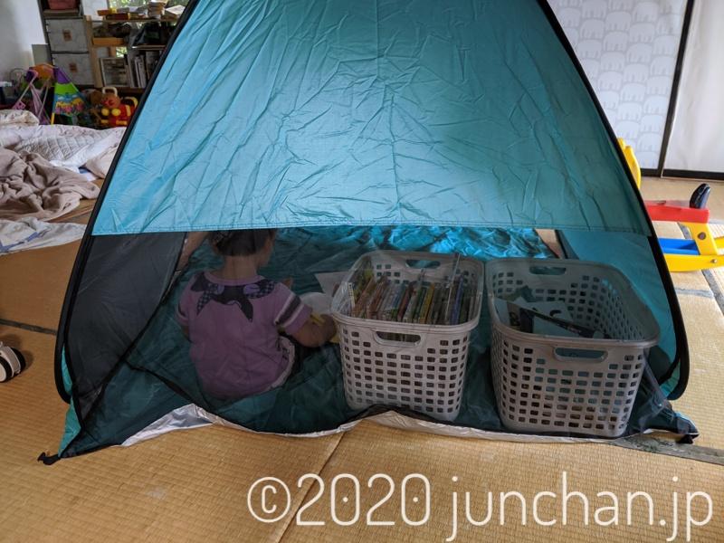 テントの中で絵本を読む娘