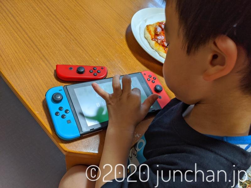 Nintendo Switch本体のタッチパネルで操作する息子