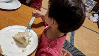 娘の3歳の誕生日をケーキで祝う
