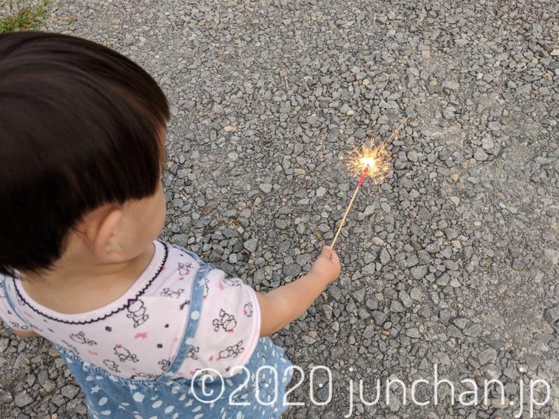 花火をじっと見つめる娘