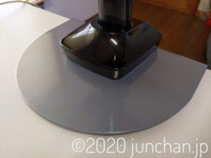 補強プレートをモニターアームの台座で挟む