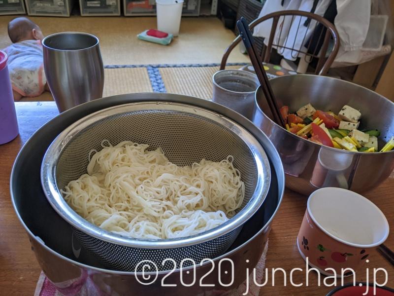 お昼は素麺とサラダ