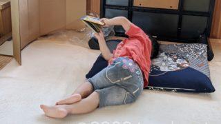 ごろ寝しながら絵本を見ている娘