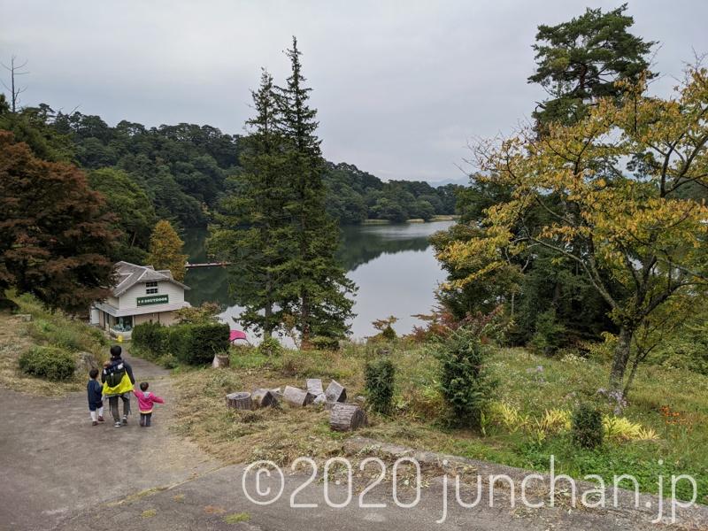 松原湖に向かって降りていく