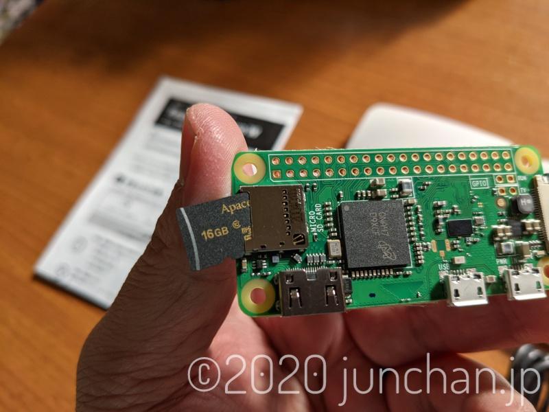 SDカードをRaspberry Pi ZERO W本体に挿入