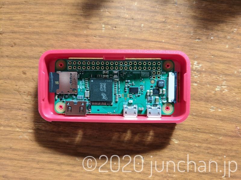 Raspberry Pi ZERO W本体をケースに差し込む