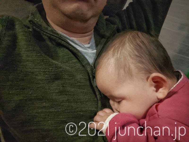 父親の腹の上で寝る娘