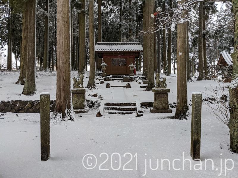 裏の神社も雪に埋もれていた