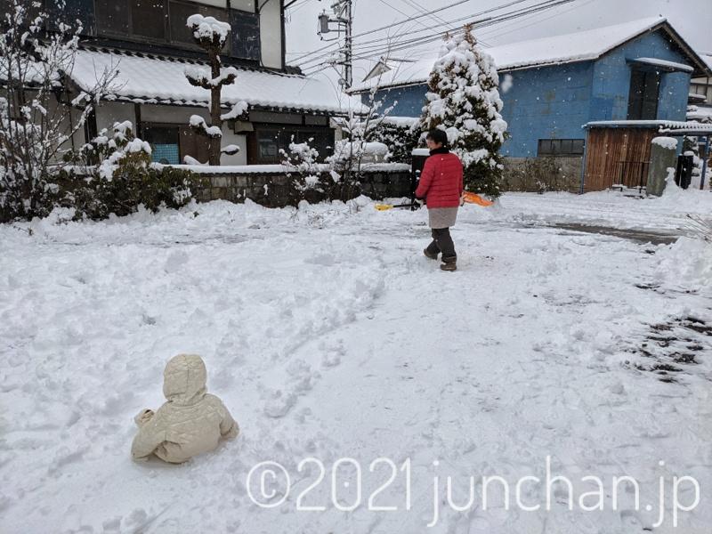 雪かきをする奥さん
