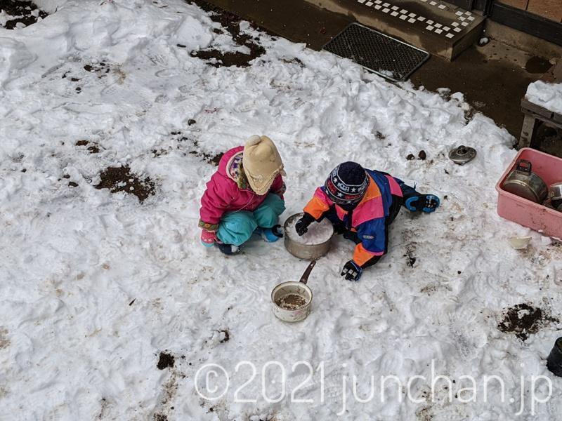 外で遊び続ける子どもたち