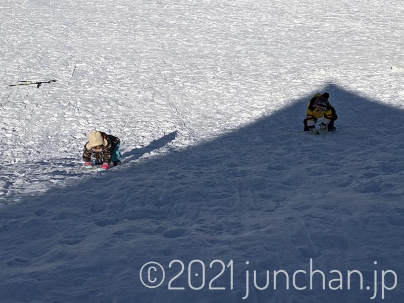上の二人は坂を登ったり転がり落ちたり