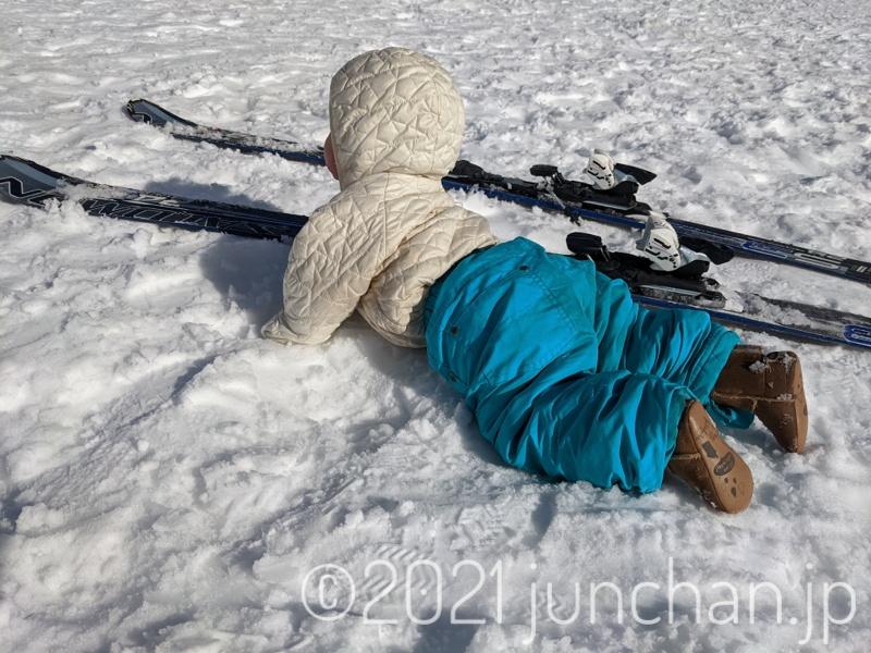 下の娘は、雪の上をハイハイしていた