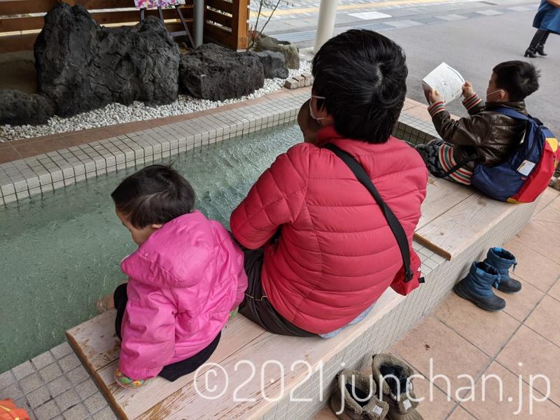 あまりに寒くて、足湯で暖を取る