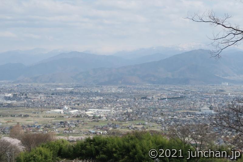 動物園北口駅から見下ろした景色。長野市の市街地が見える。