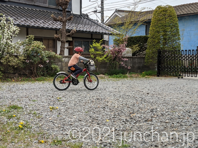 自転車に乗る息子