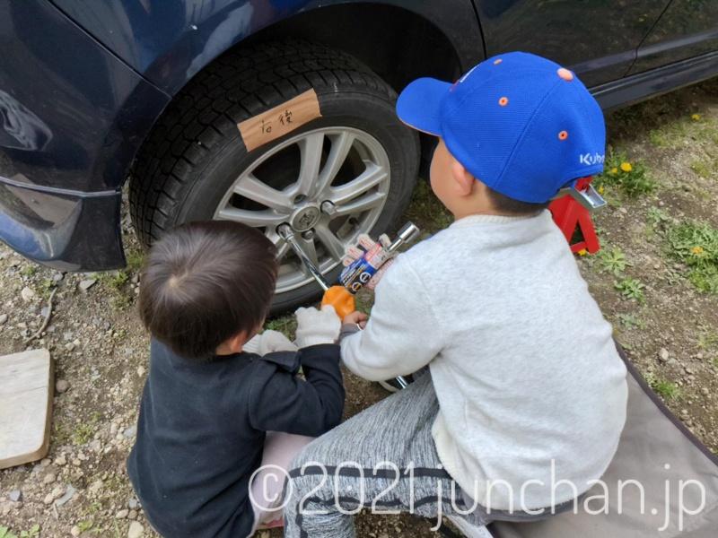 タイヤ交換に子どもたちもお手伝いしてくれた