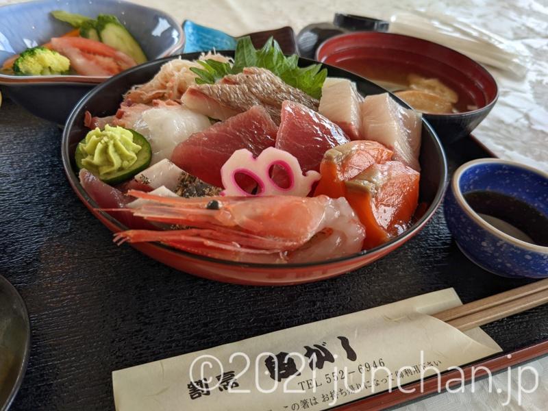 海鮮丼を食べる